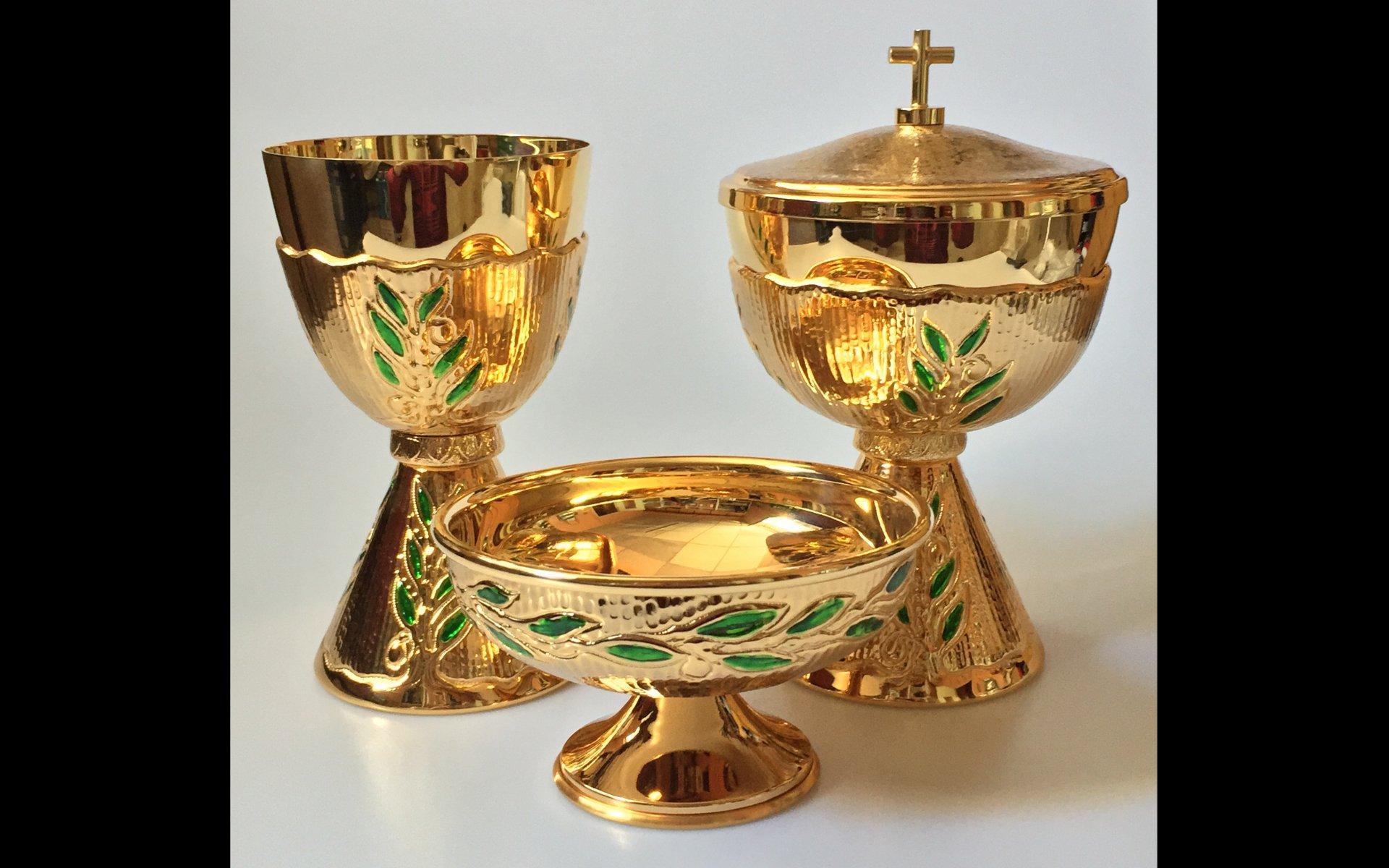 Golden chalice ciboria and bowl paten with nail varnish for Arredi sacri milano